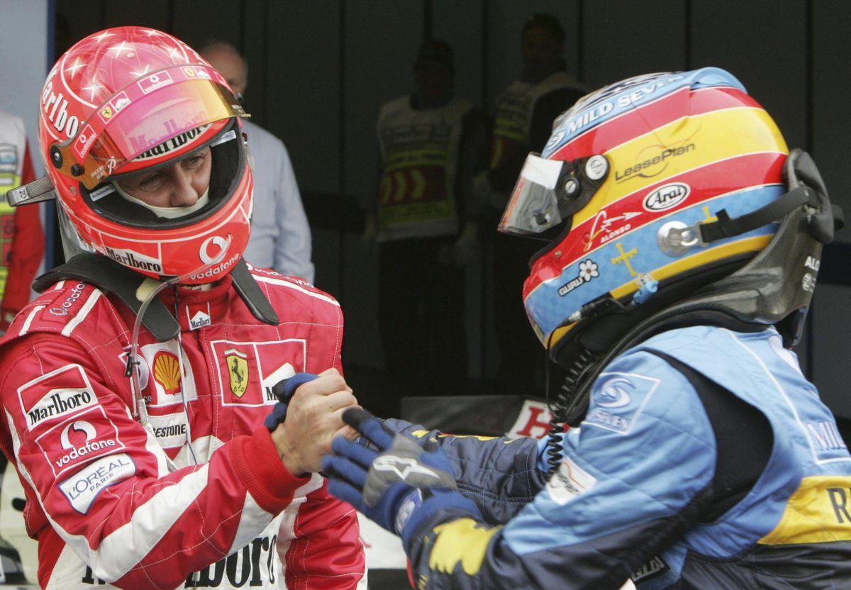 Fernando Alonso (Renault) et Michael Schumacher (Ferrari) à l'arrivée du Grand Prix de Saint-Marin 2005