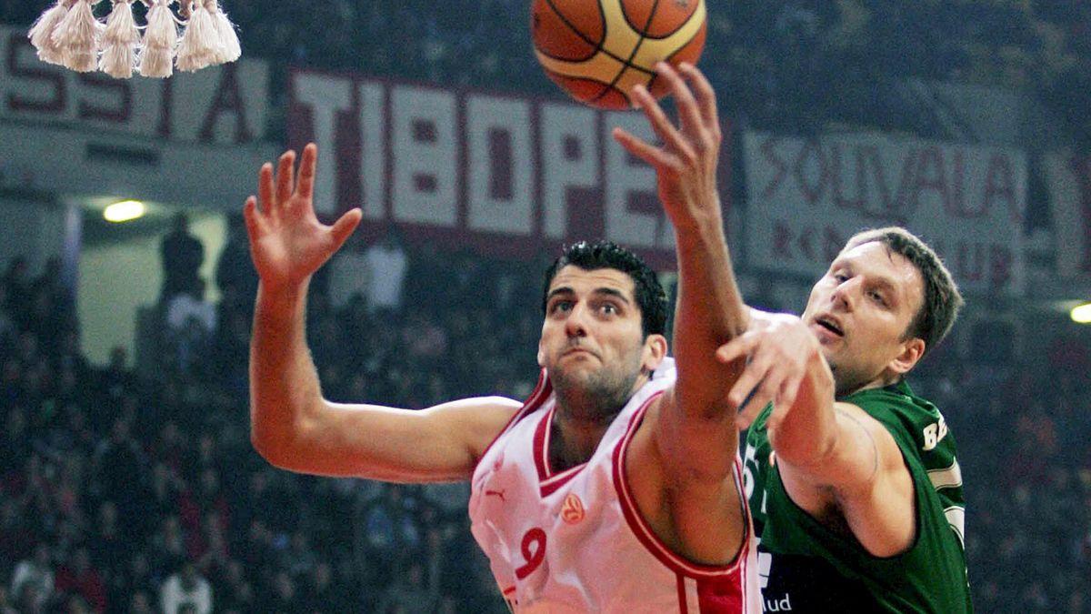BASKETBALL 2006-2007 Euroliga Olympiacos-DKV Joventut Andy Betts lucha por el balón con Ioannis Bourousis