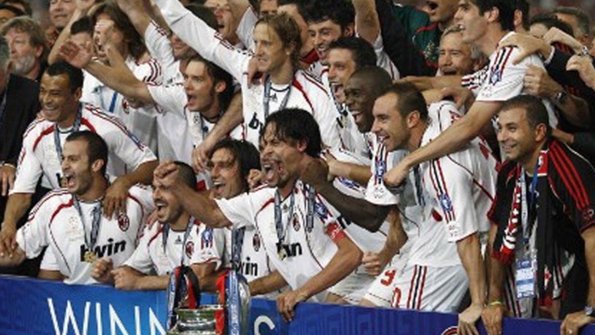 FOOTBALL 2006-2007 Liga de Campeones Los jugadores del Milan posan con su séptima Copa de Europa