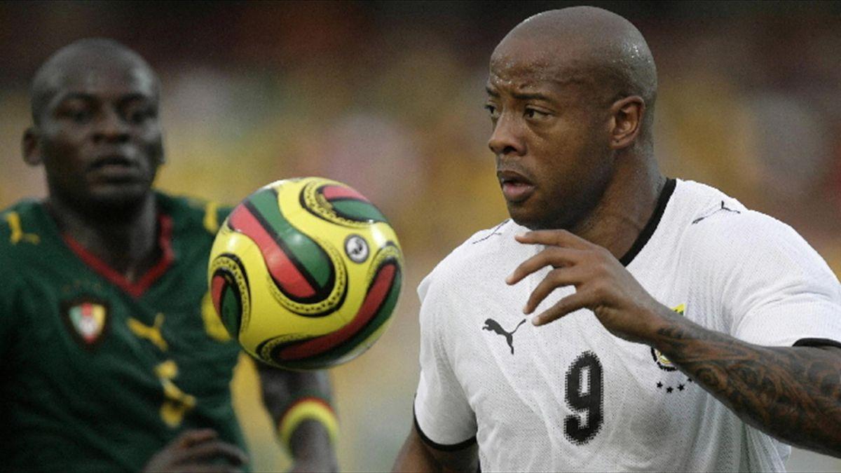 FOOTBALL; Ghana's Junior Agogo (R) drives ahead of Cameroon's Timothee Atouba, Feb 2008