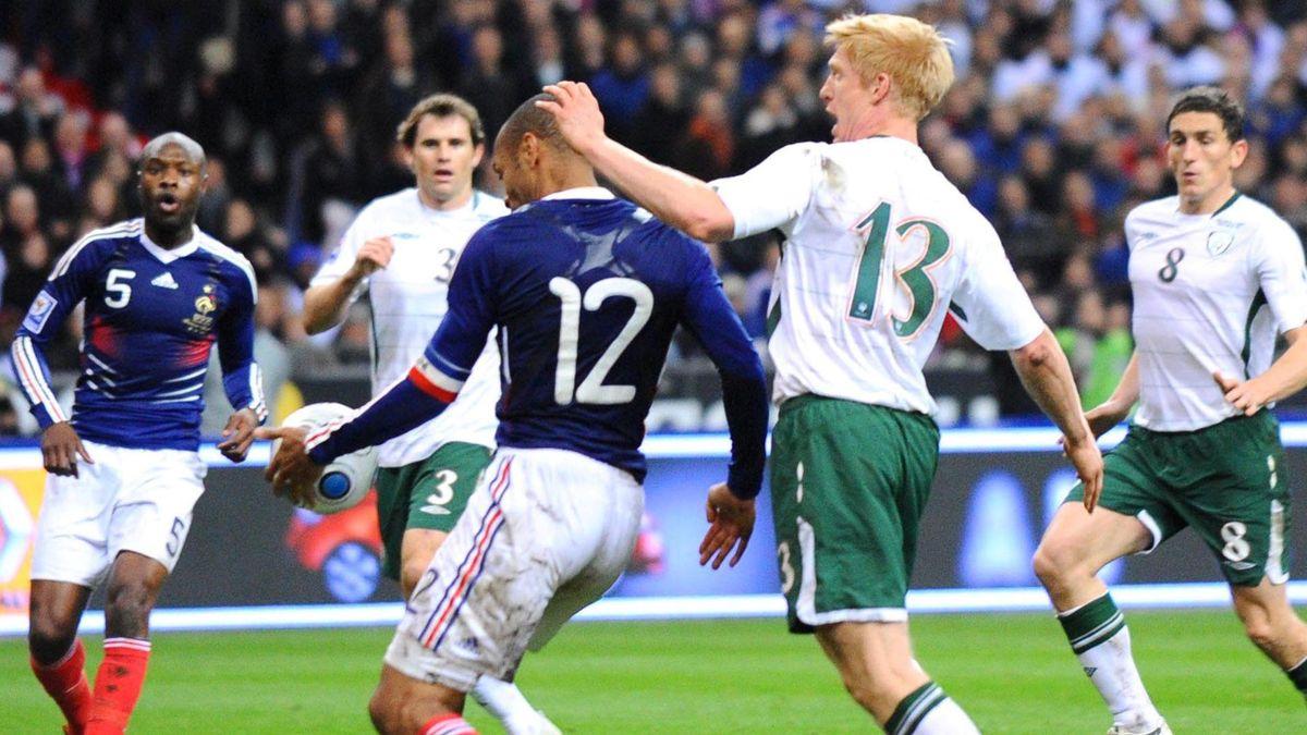 FOOTBALL 2009 France-Ireland Thierry Henry handball