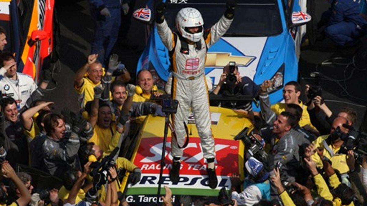 Gabriele Tarquini celebrates winning the 2009 WTCC title in Macao