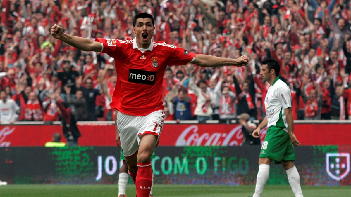 Benfica's Oscar Cardozo celebrates his goal against Rio Ave during their Portuguese Premier League soccer match in Lisbon