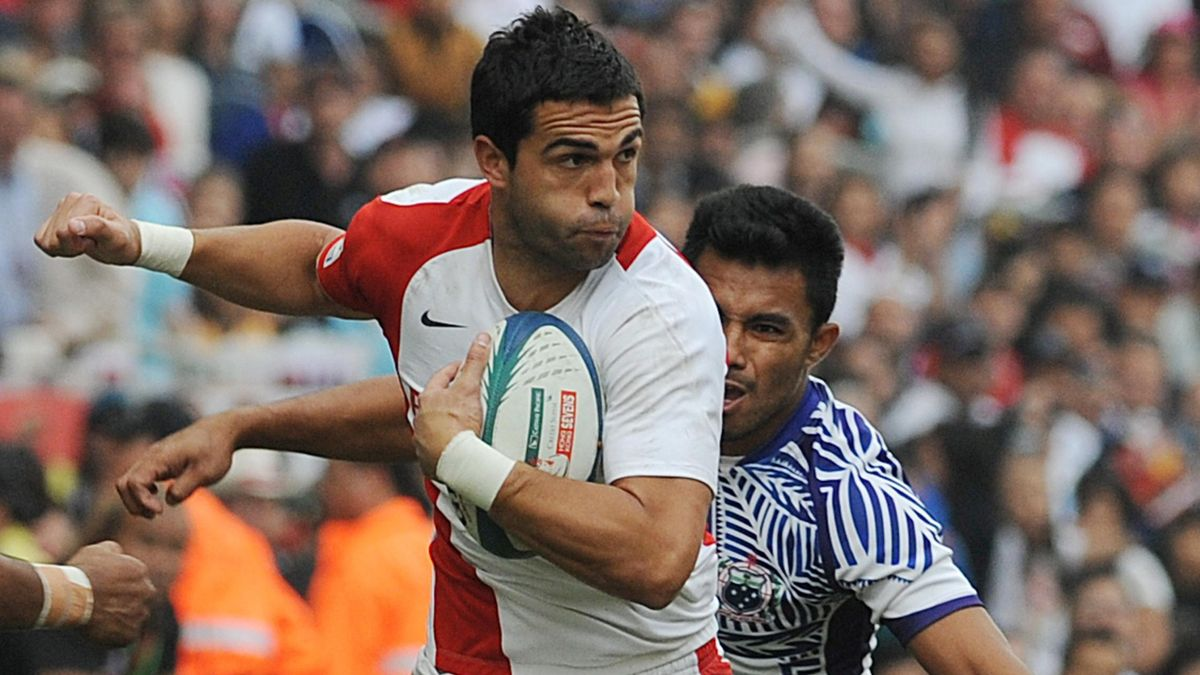 Chris Brightwell of England (L) makes a run for a try chased by Fautua Otto of Samoa during their Cup semi-final at the Hong Kong Sevens rugby tournament in Hong Kong on March 28, 2010. Organisers hope the world-renowned Hong Kong Sevens, where packed cro