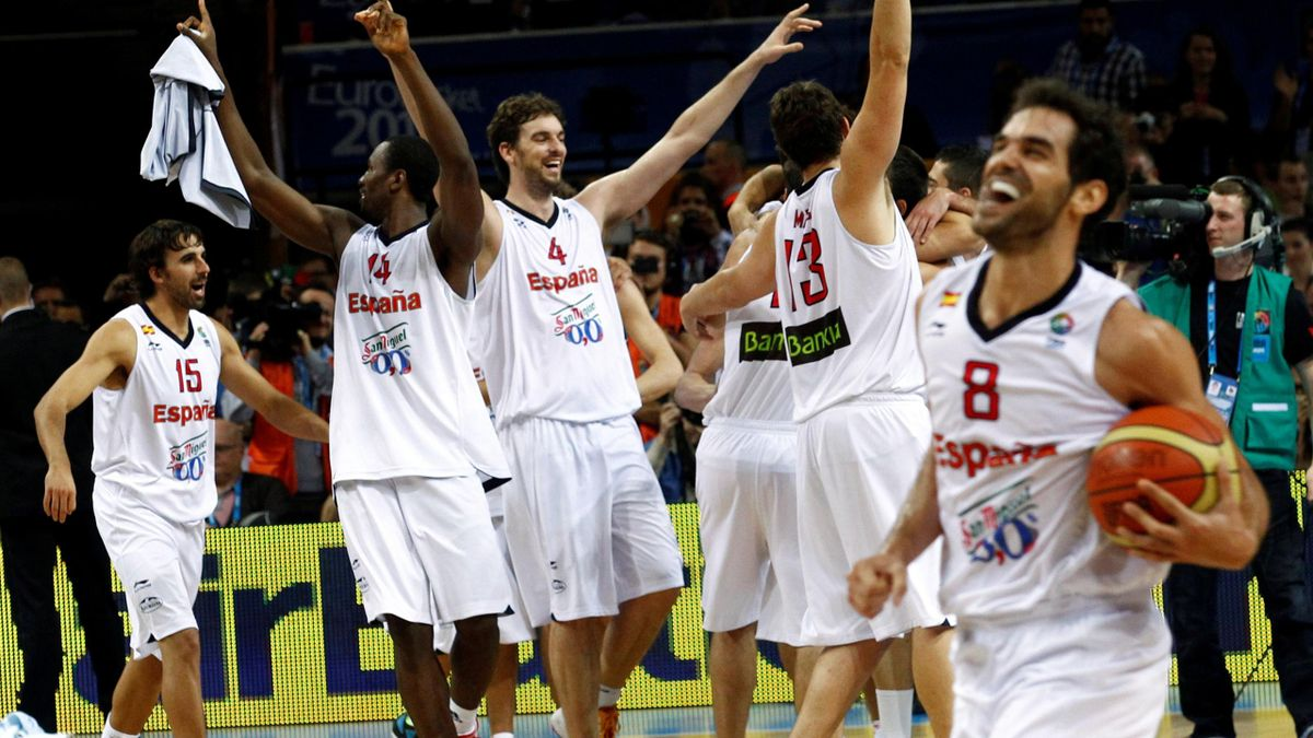 Spain's players celebrate as they won the FIBA EuroBasket 2011 final basketball match against France in Kaunas