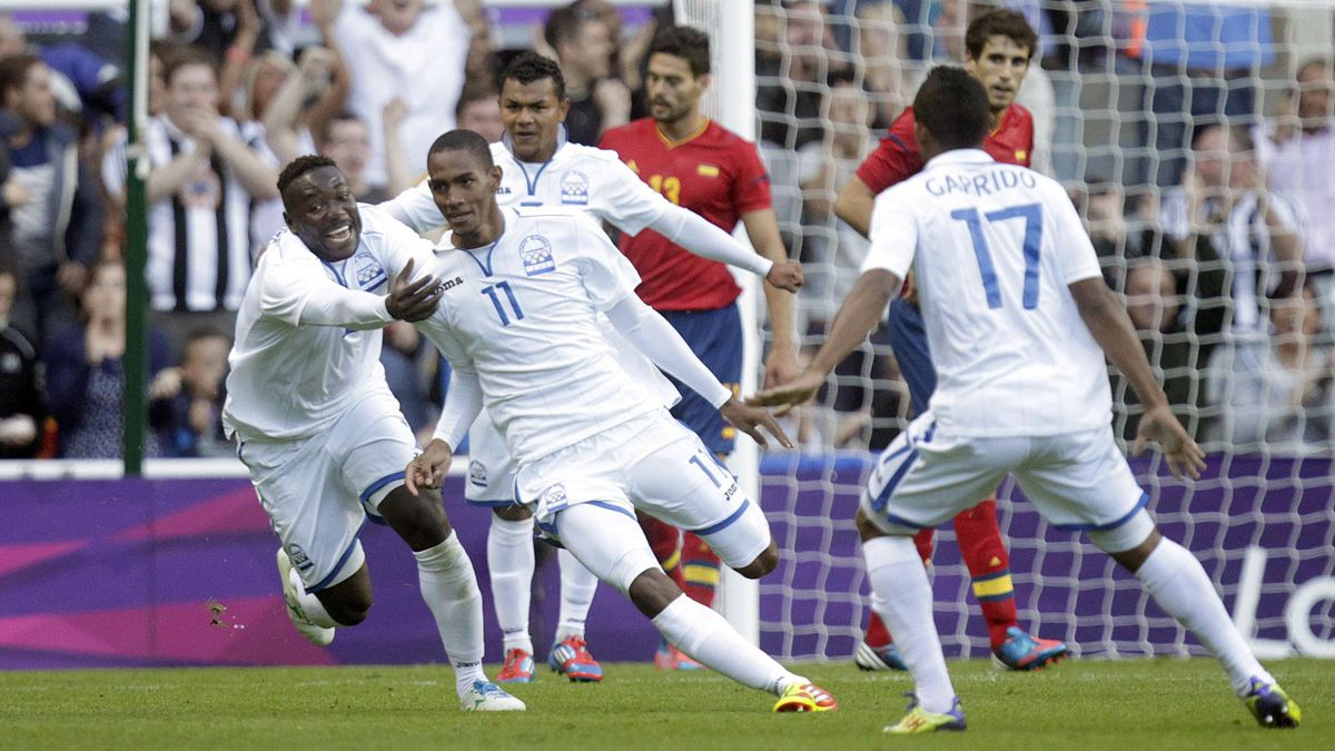 Newcastle upon Tyne : Honduras' Jerry Bengtson (2L) celebrates with teammate Wilmer Crisanto (L) after scoring against Spain during the London 2012 Olympic Games men's football match at St James' Park, Newcastle upon Tyne, England, on July 29, 2012.