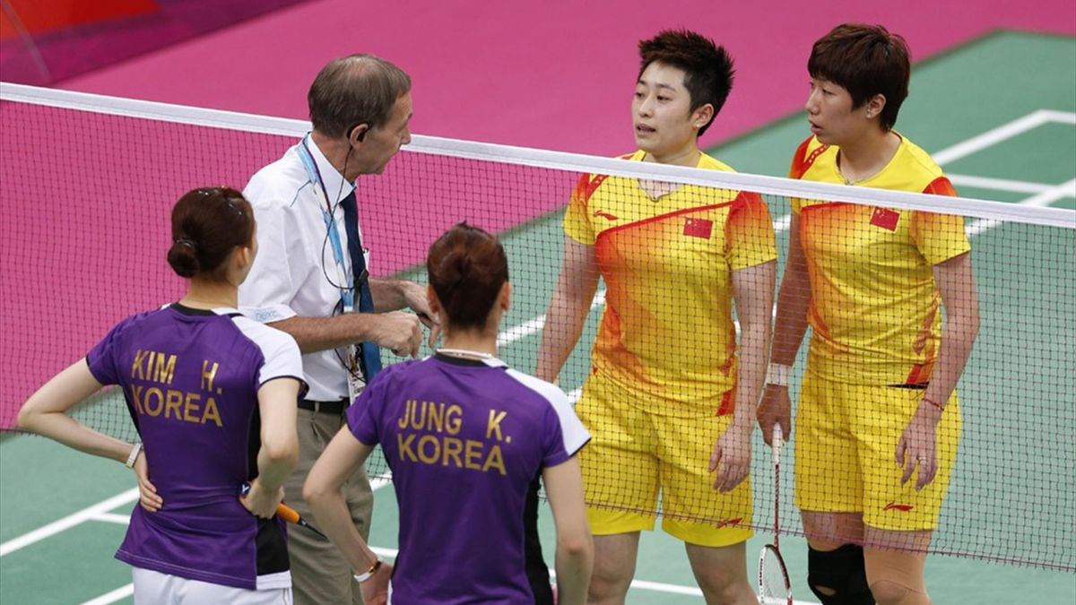 Tournament referee Torsten Berg (2nd L) speaks to players from China and South Korea at Wembley Arena (Reuters)