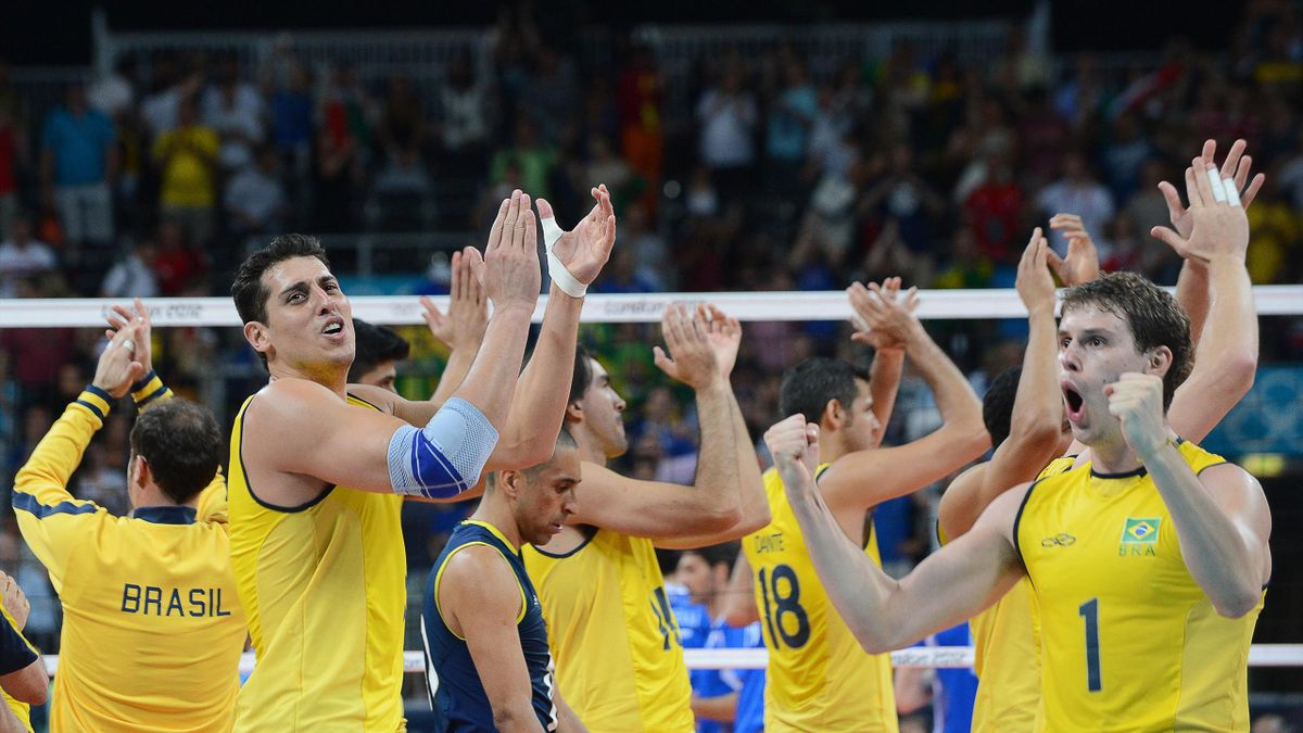 UNITED KINGDOM, London : Brazil's players celebrate their victory over Italy in the men's volleyball semifinal match of the London 2012 Olympics Games in London on August 10, 2012. AFP PHOTO / KIRILL KUDRYAVTSEV