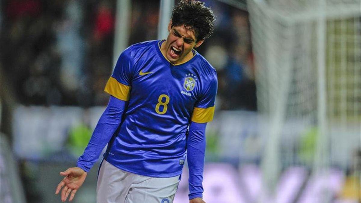 Ricardo Kaká celebra el gol que marcó a Iraq en su regreso a Brasil
