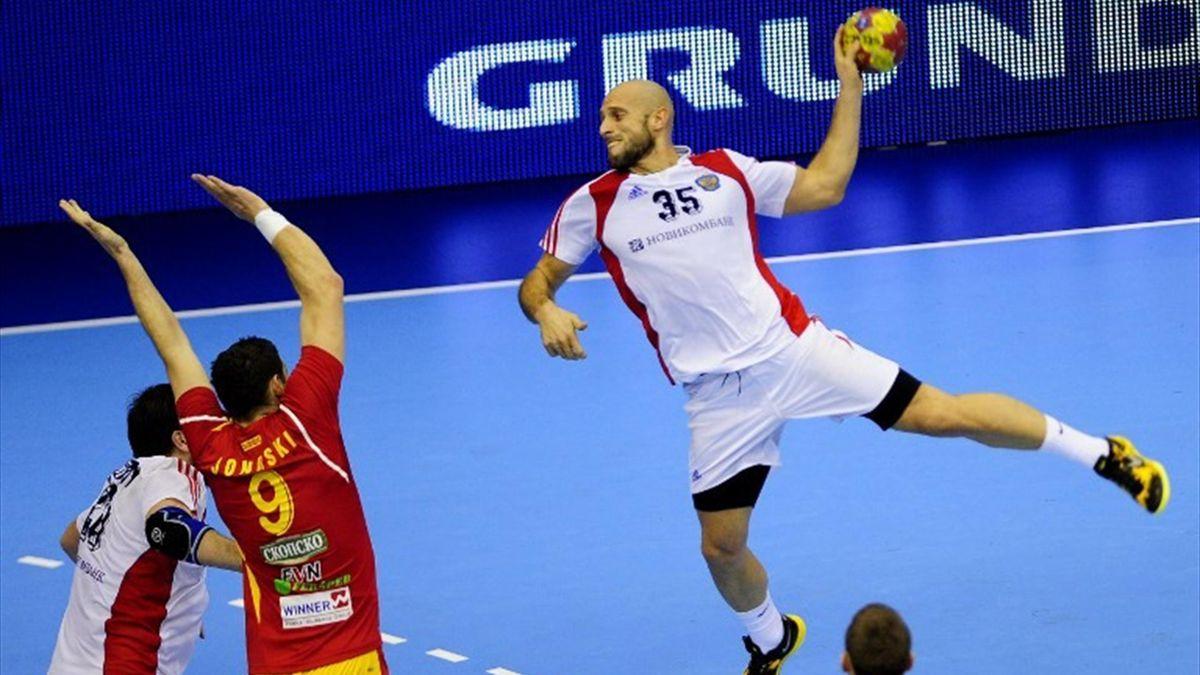 Russia's right back Konstantin Igropulo (R) vies with Macedonia's back Ace Jonovski (L) during the 23rd Men's Handball World Championships preliminary round Group B