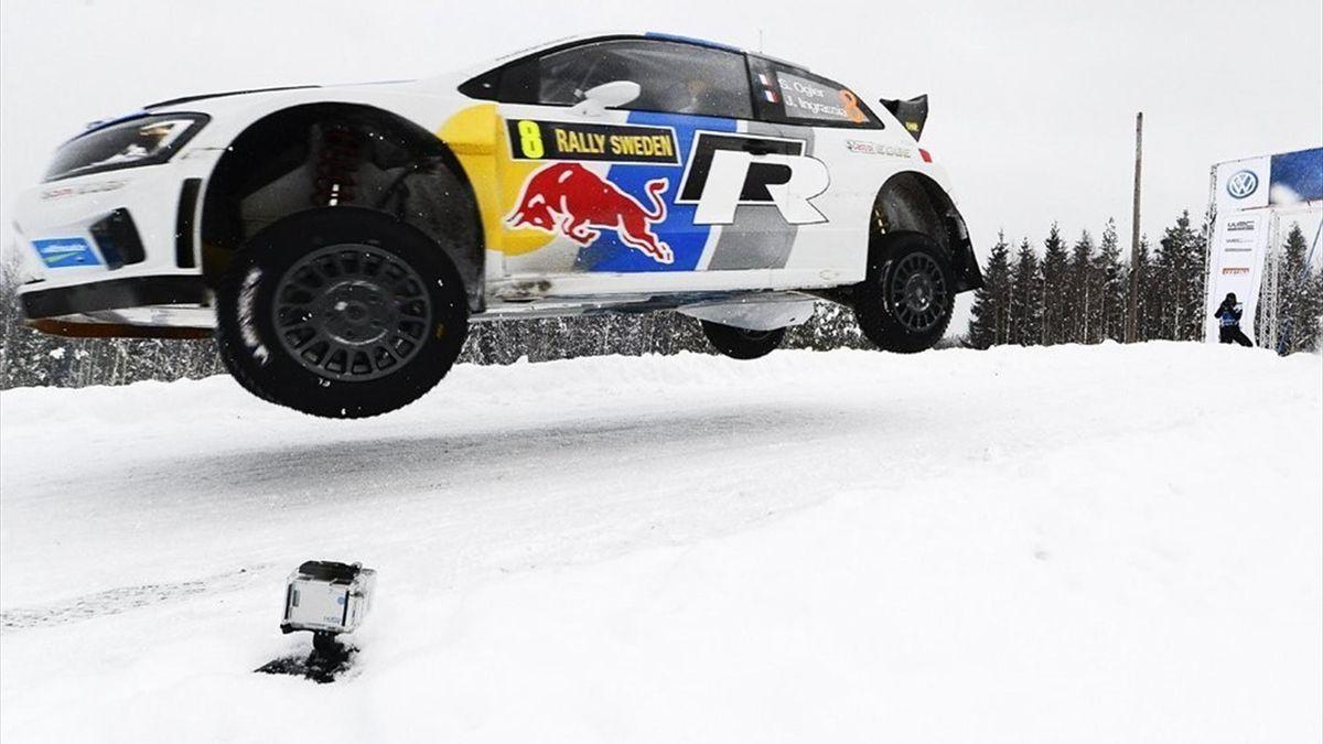 Sebastian Ogier realizando un espectacular salto en el Rally de Suecia