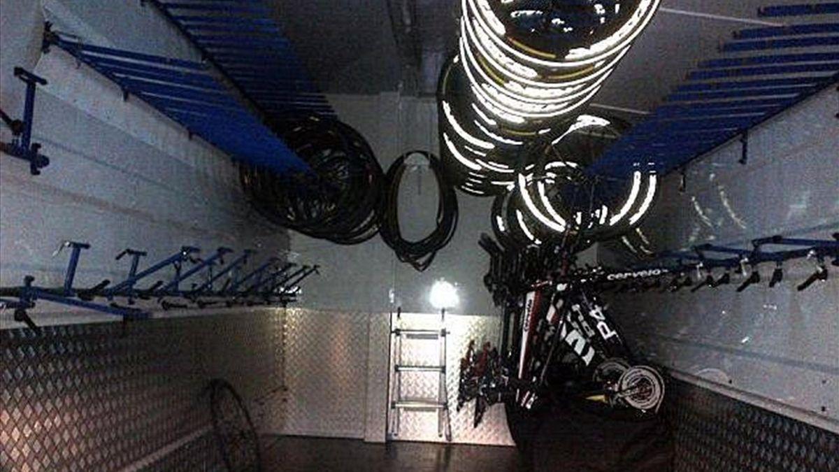 Así quedó el autobús del Garmin-Sharp tras el robo de sus 16 bicis
