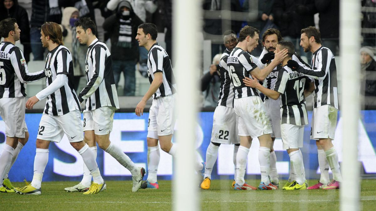 Juventus' Sebastian Giovinco (2nd R) celebrates with teammates after scoring against Siena during their Italian Serie A  match at the Juventus stadium
