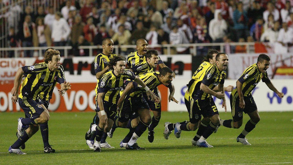 Fenerbahçeli futbolcular 2008'de Şampiyonlar Ligi son 16 turunda Sevilla'yı penaltı atışlarıyla geçtikten sonra seviniyor.