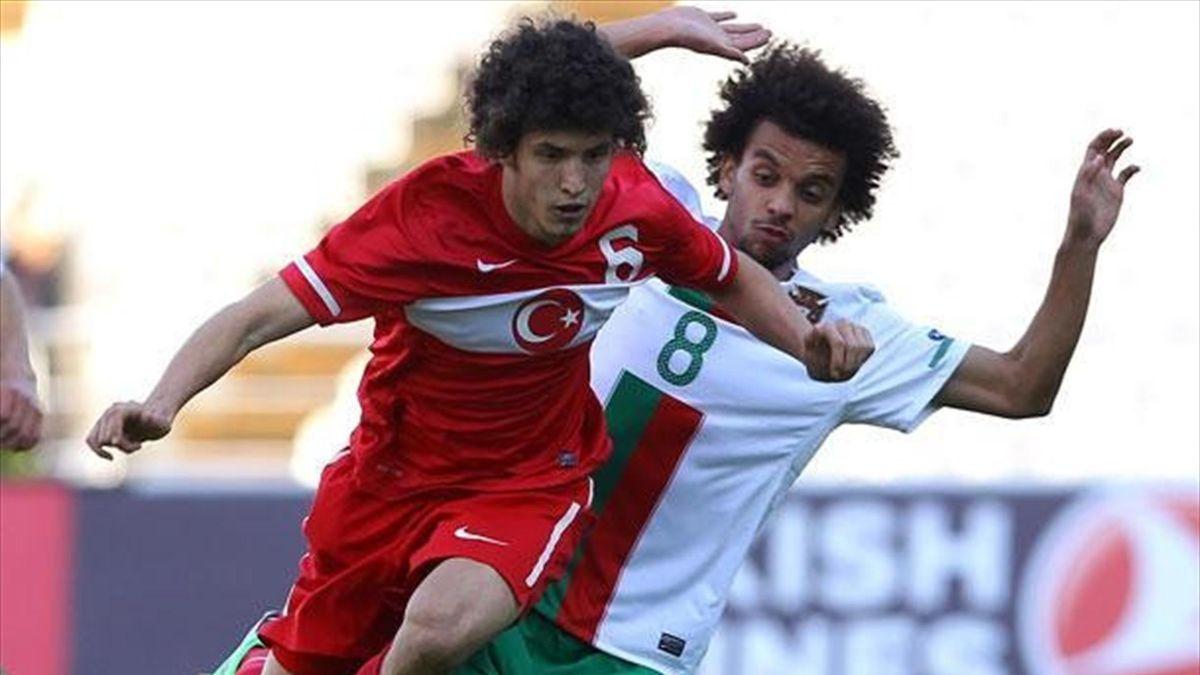 Milli oyuncu Salih Uçan, Portekiz'e karşı mücadele ediyor