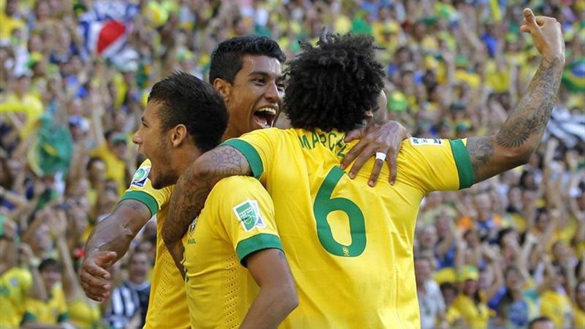 Neymar, Marcelo y Paulinho celebran un gol de Brasil
