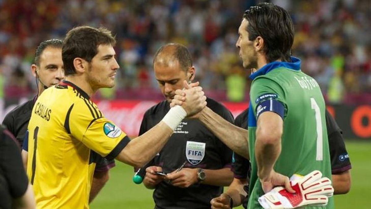 Casillas y Buffon, antes de la final de la Euro 2012.