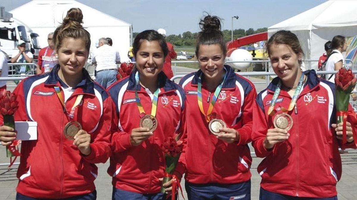 El equipo femenino español de k-4 200 metros posa con su medalla de bronce de la Universiada