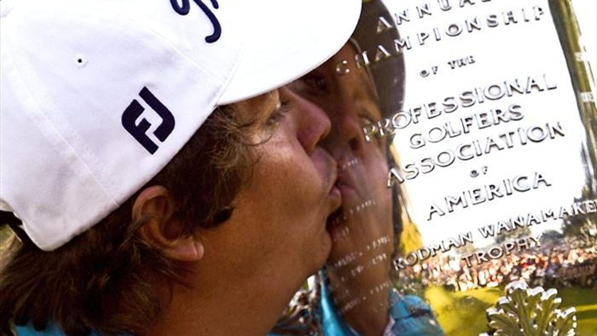 Jason Dufner besando la copa ed ganador de la PGA