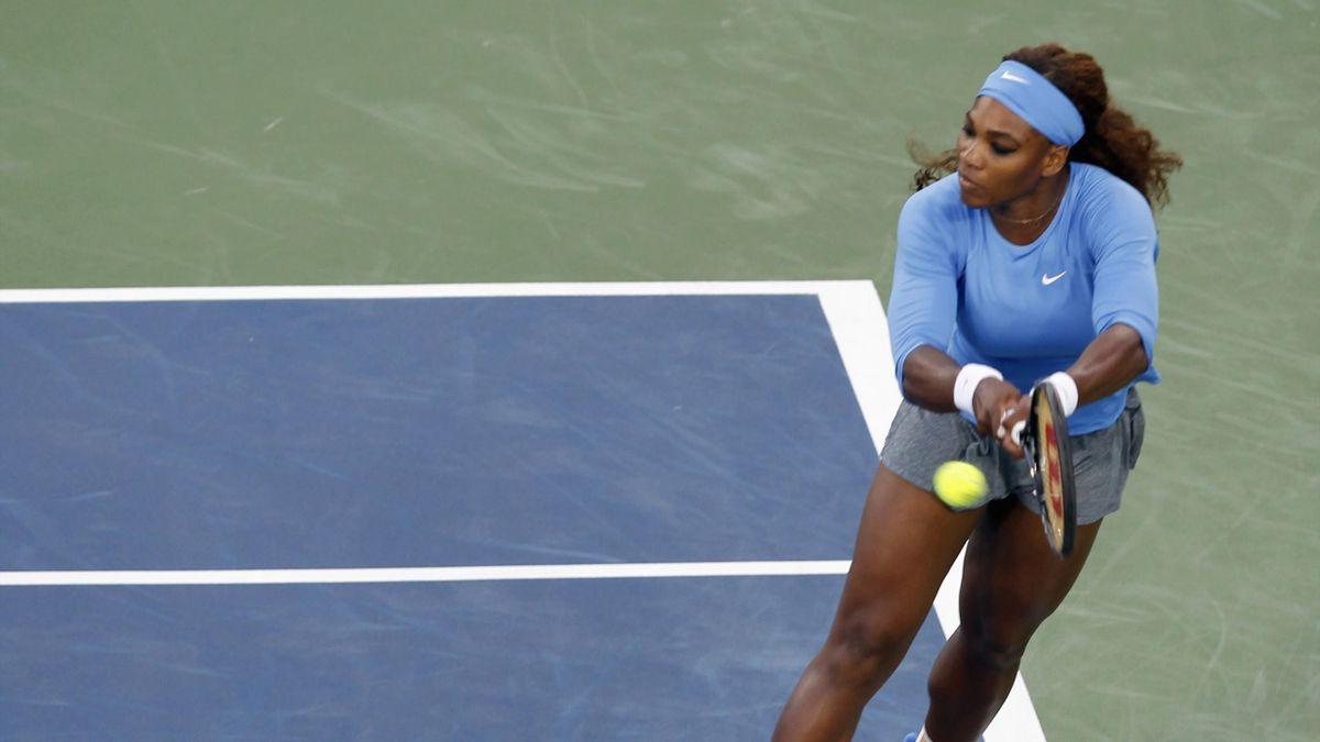 Serena Williams of the U.S. hits a return ball to Li Na of China in their semi-final round match at the Women's Cincinnati Open tennis tournament in Cincinnati, Ohio August 17, 2013 (Reuters)