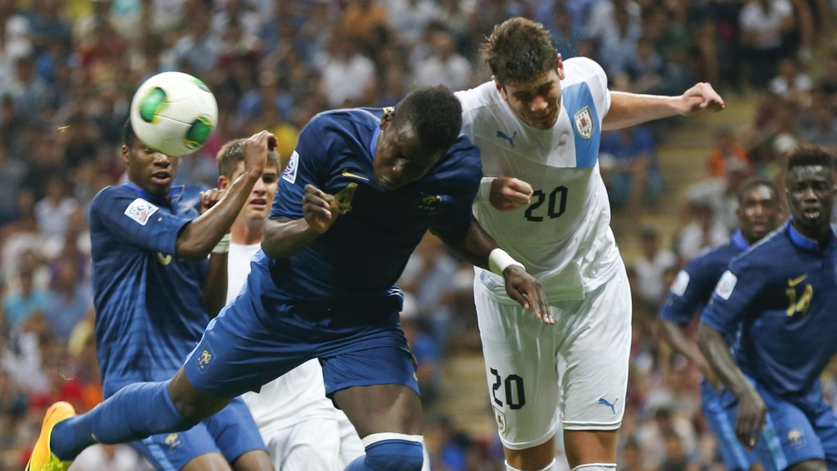 France's Kurt Zouma fights for the ball with Uruguay's Felipe Avenatti (R) during the final match of the FIFA Under-20 tournament in Istanbul, July 13, 2013 (REUTERS)