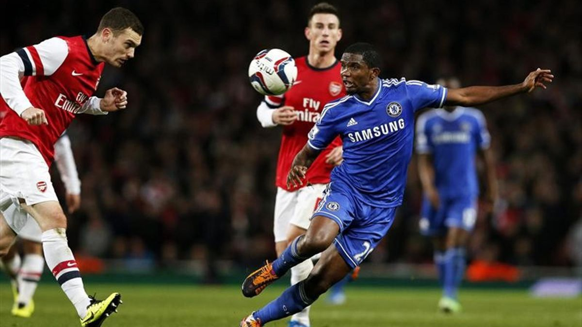 Thomas Vermaelen (Arsenal) y Samuel Eto'o (Chelsea)