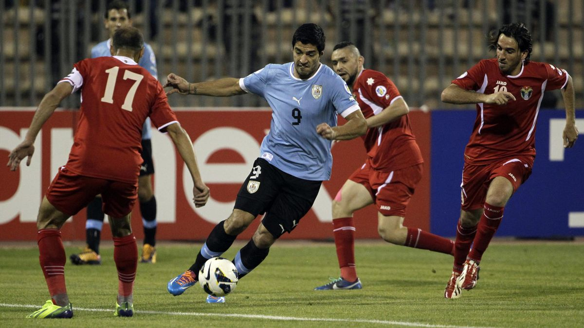 Hatem Aqel (Jordania), Luis Suárez (Uruguay) y Alaa' al Shaqran
