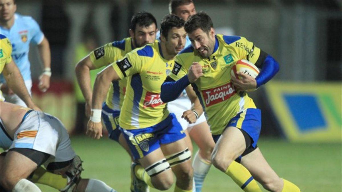 Clermont's winger Julien Malzieu (C) runs with the ball against Perpignan (AFP)