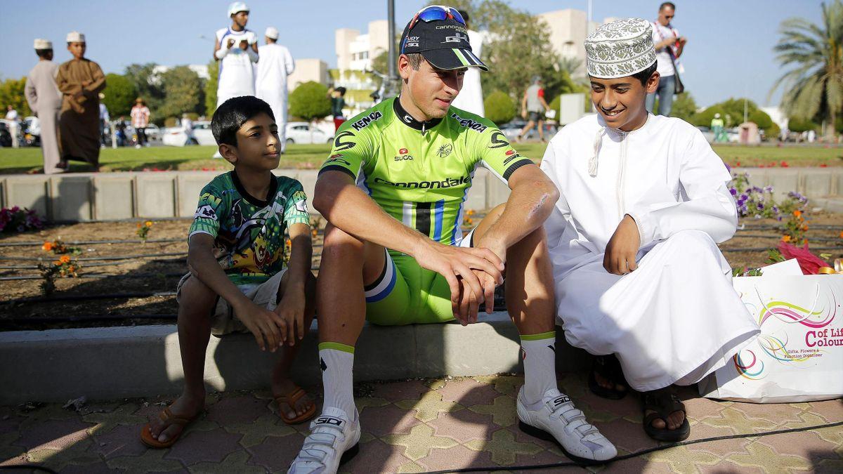 Peter Sagan, con dos niños en el Tour de Oman