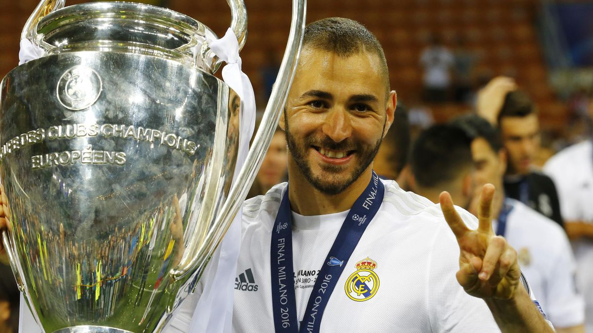 Soccer Football - Atletico Madrid v Real Madrid - UEFA Champions League Final - San Siro Stadium, Milan, Italy - 28/5/16 Real Madrid's Karim Benzema celebrates with the trophy after winning the UEFA Champions League Reuters / Stefano Rellandini Livepic