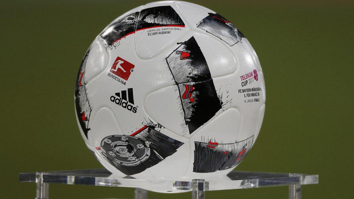 """Der aktuelle Spielball der Bundesliga heißt """"Torfabrik"""""""