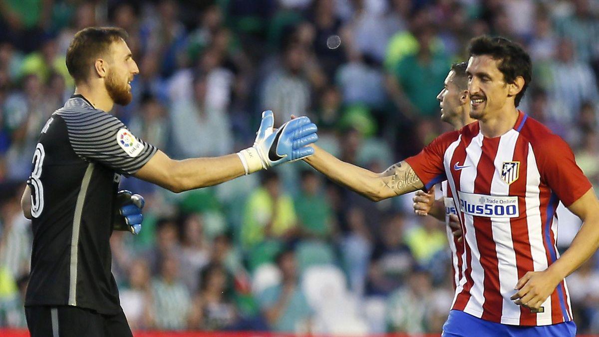 Oblak y Savic celebran el empate ante el Betis