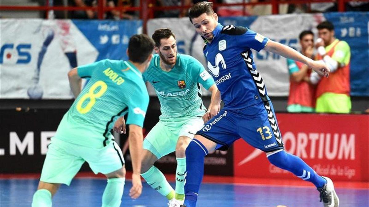 El ala brasileño del Inter Movistar Darlan juega un balón ante Adolfo
