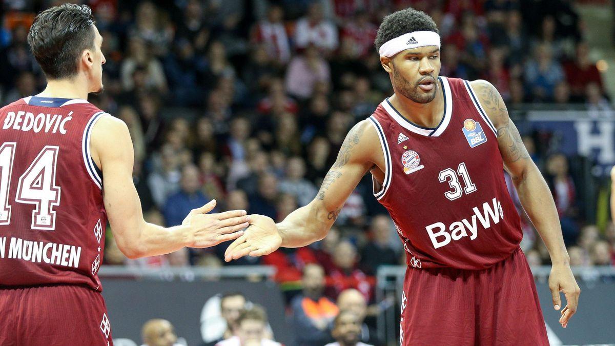 München siegt - Devin Booker (r.) mit 15 Punkten