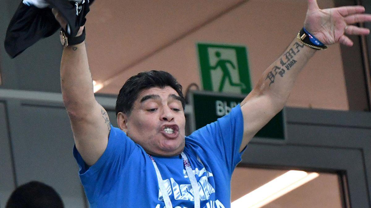 Maradona bietet sich als Nationaltrainer an