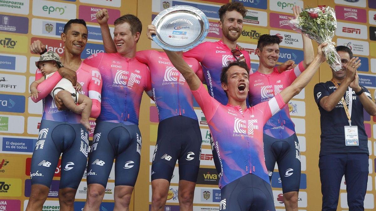 El ciclista colombiano Rigoberto Urán celebra la victoria