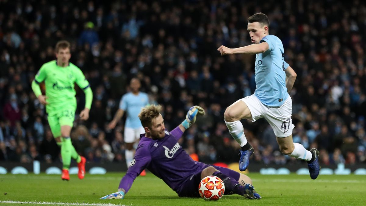 Phil Foden rounds the goalkeeper for Manchester City's sixth goal
