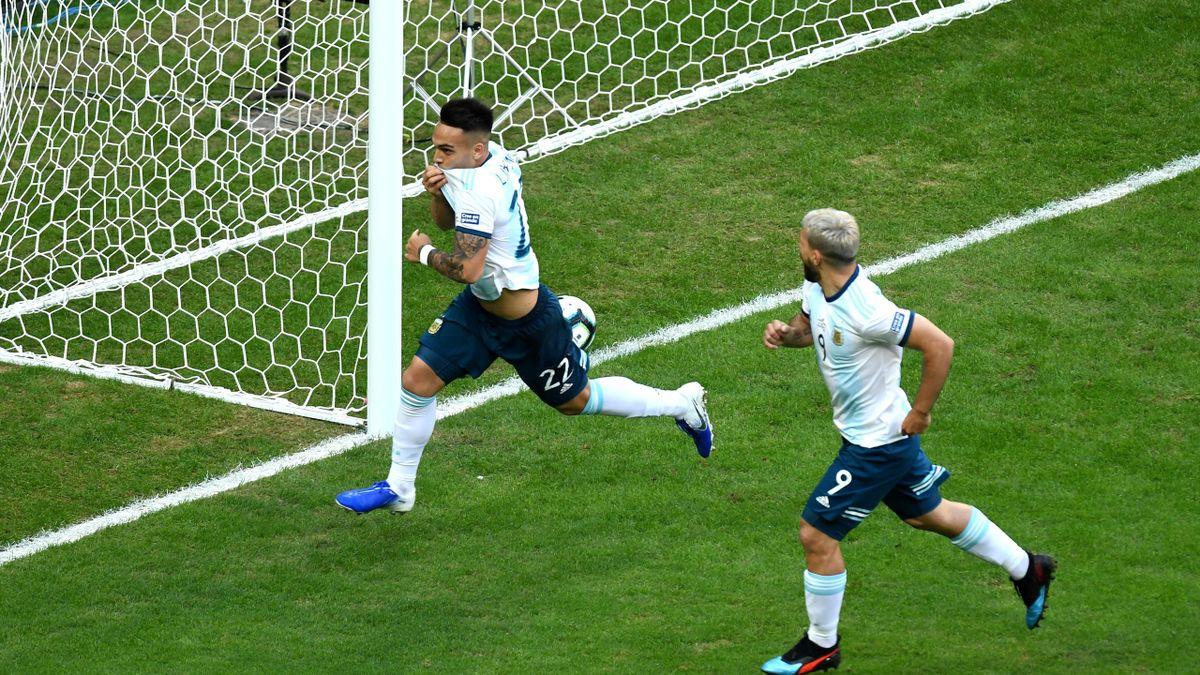 Lautaro celebra su gol en el Catar-Argentina