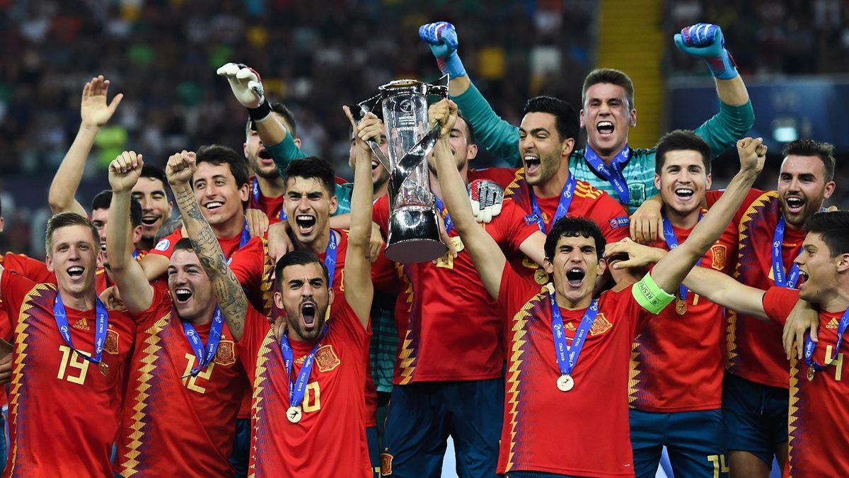 España levanta el trofeo de campeón de Europa