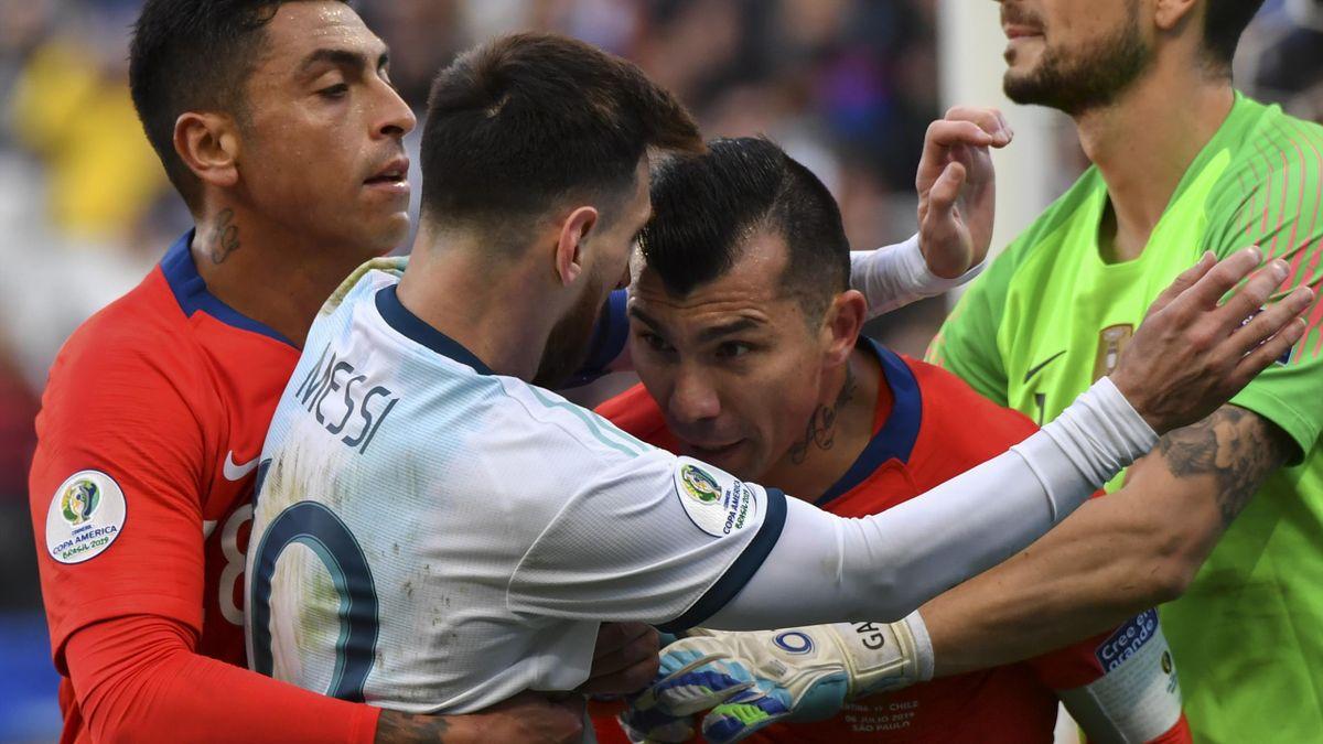 Encontronazo de Messi con Medel
