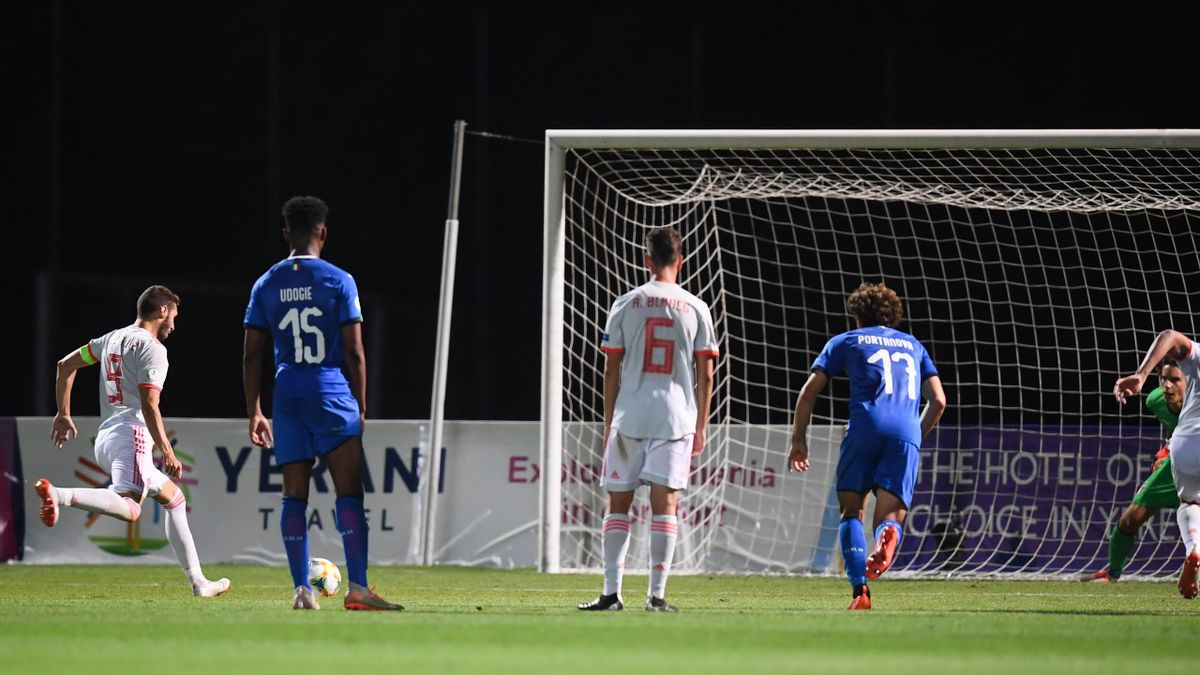Abel Ruiz anota de penalti en el Europeo sub-19 ante Itali