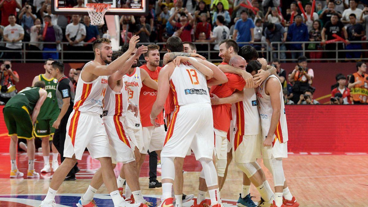 Abrazo de España tras derrotar a Australia