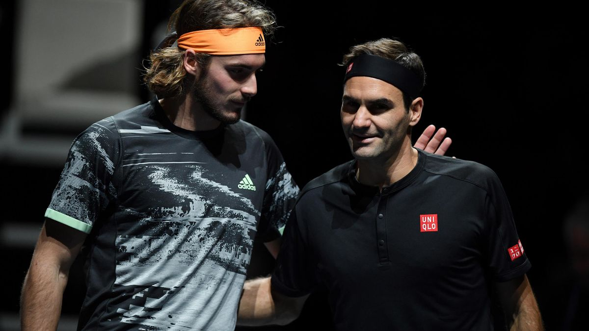 Stefanos Tsitsipas (l.) schlägt Altmeister Federer