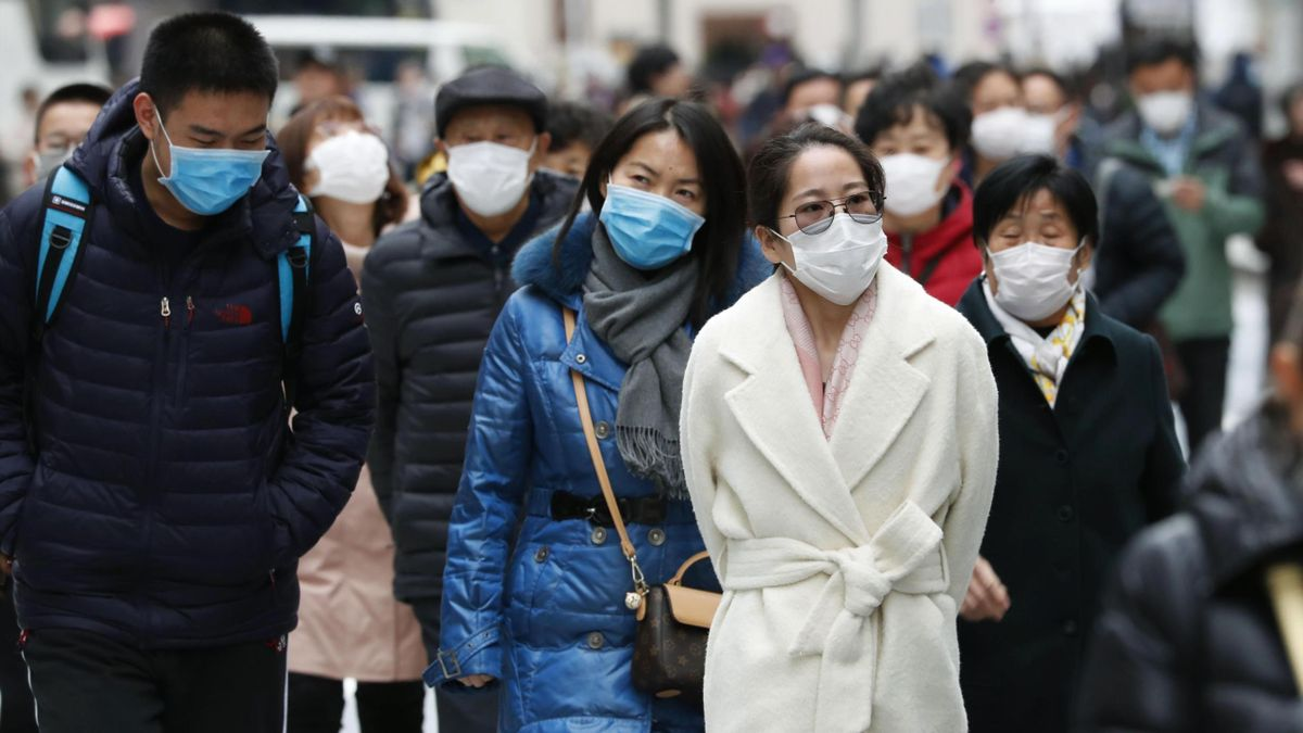 Chinese tourists wear masks in Tokyo on Jan. 26, 2020, amid the spread of pneumonia caused by a new coronavirus in the central Chinese city of Wuhan