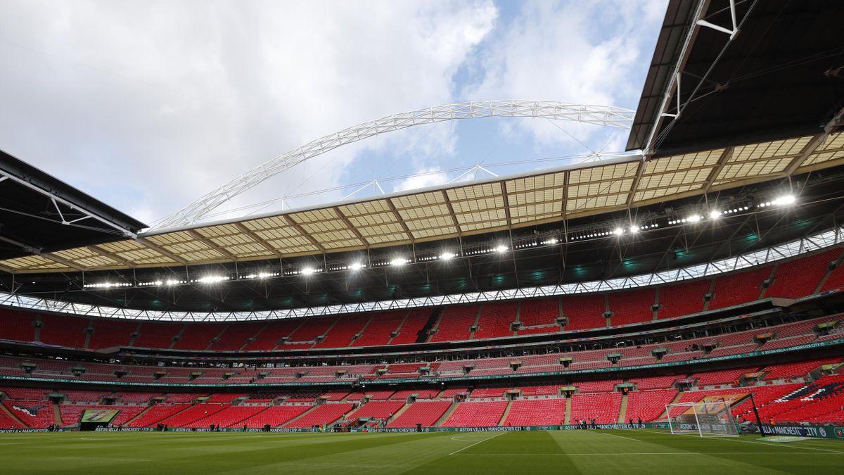 Wembley Tricolori: Stadion leuchtet Grün, Weiß und Rot