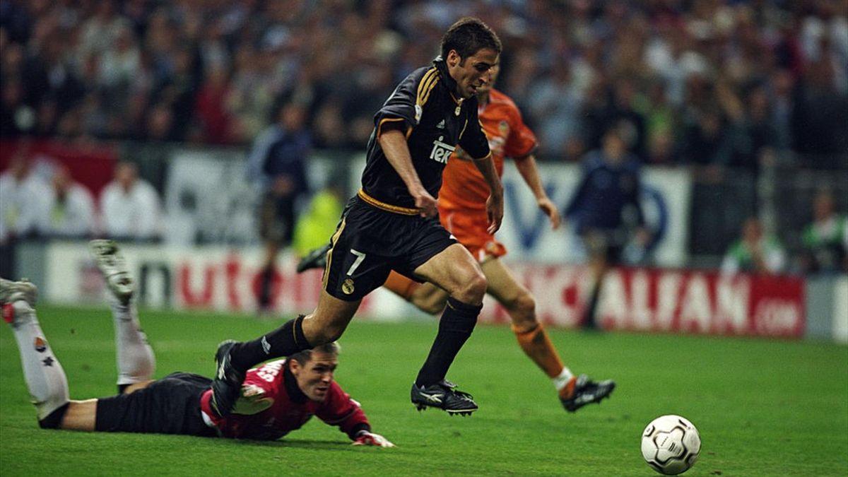 Raúl dribla a Cañizares antes de marcar el 3-0 | Real Madrid-Valencia