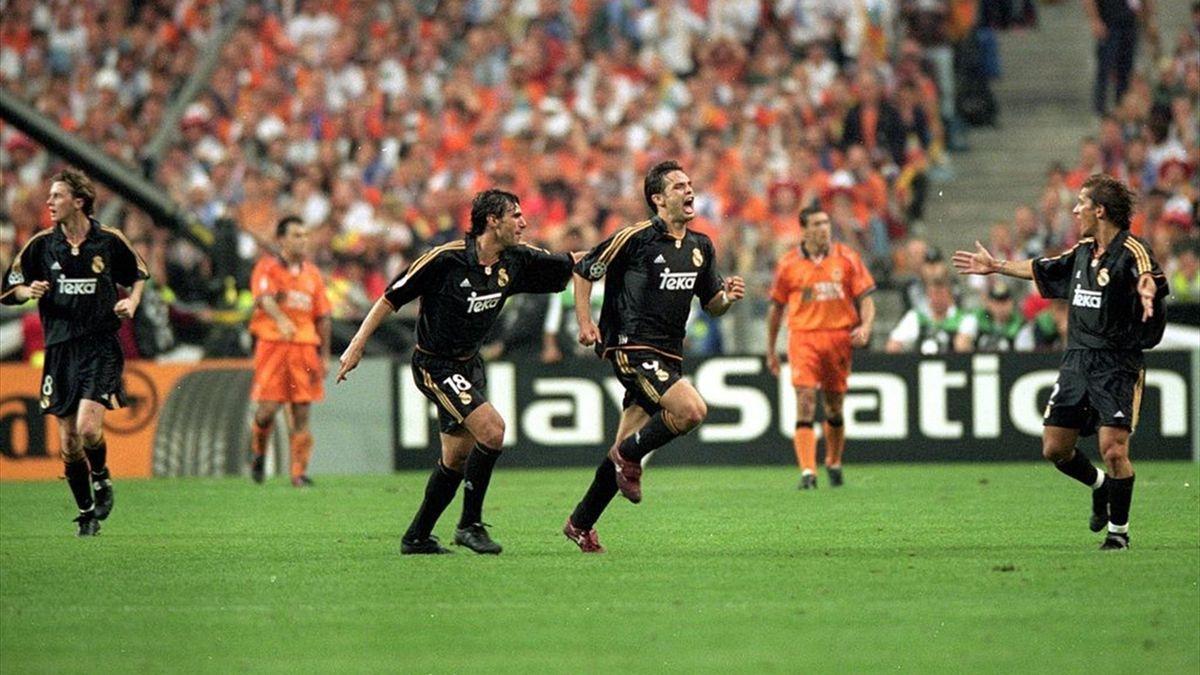 Morientes celebra con sus compañeros el primer gol del Real Madrid ante el Valencia
