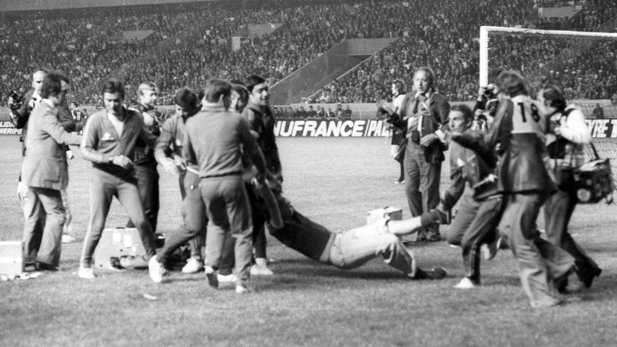 Фанаты «Лидса» выбежали на поле (1975 год)