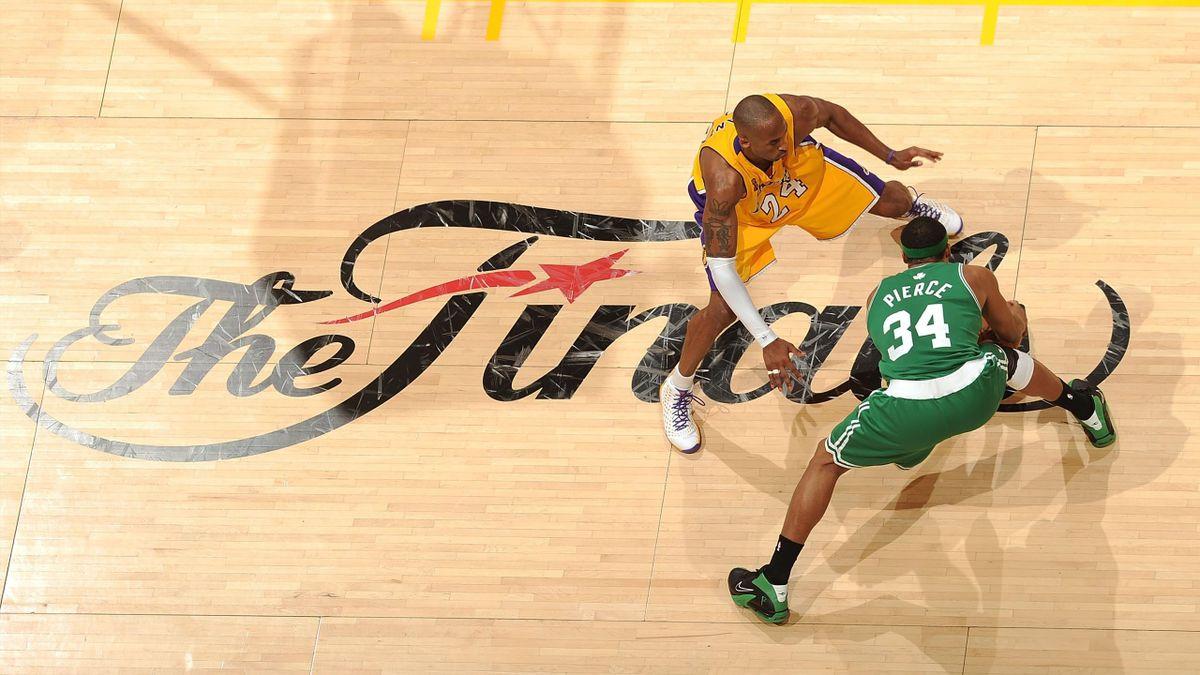 Paul Pierce e Kobe Bryant si affrontano durante le NBA Finals 2008 tra Boston Celtics e Los Angeles Lakers.