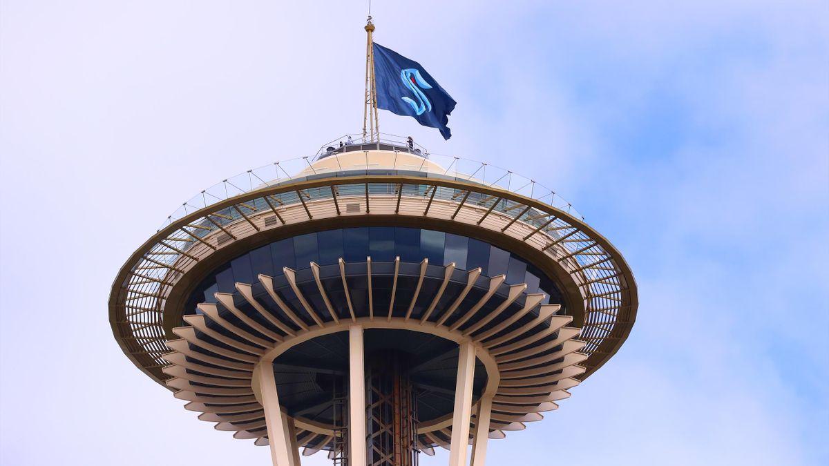 Fahne der Seattle Kraken auf Space Needle gehisst